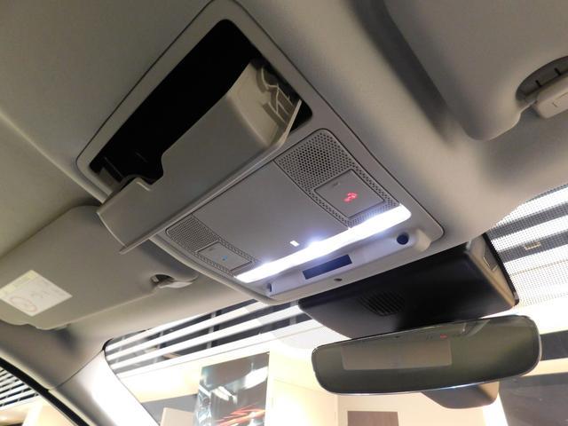 LEDのルームランプ、自動防眩ルームミラーを装備。
