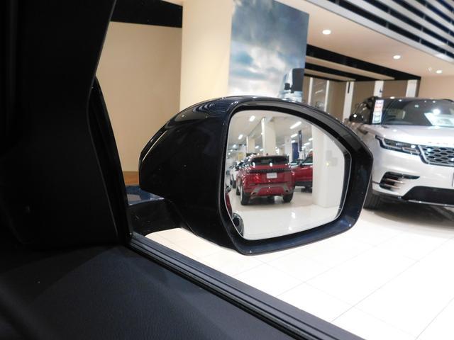 ブラインドスポットアシストとは、斜め後方に車両が接近すると、ドアミラー内部にオレンジ色の警告表示を出し、さらに不用意なハンドル操作を抑制する機能です。ミラーの死角をカバーするための安全機能です。