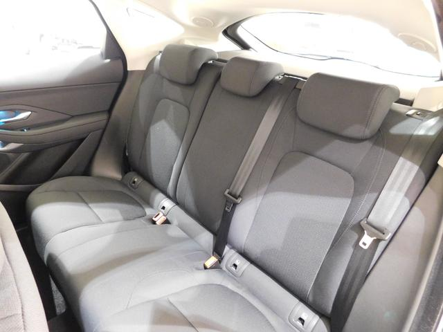 座り心地のよい、十分な広さを備えた後席。