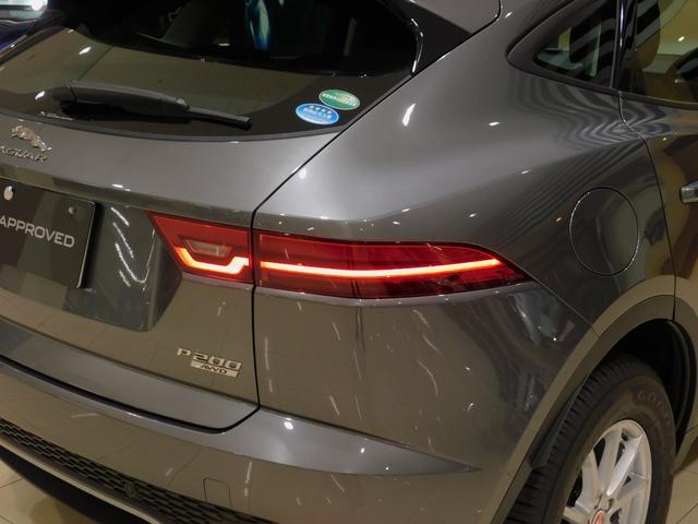 半円を描くテールランプはジャガーファミリー共通のデザインですが、E-PACEはやや角型にアレンジされています。