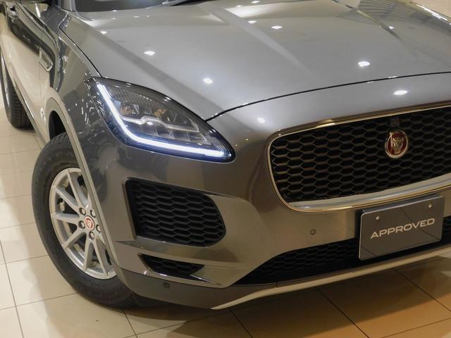 "【Jブレード・LEDシグネチャー】 Jaguarの""J""をかたどったポジショニングランプが引き締まったアイラインを描き出します。 2019年モデルからはデイライト機能が使用可能になりました。"