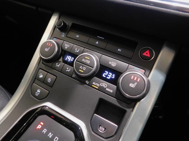 CD/DVDスロットと、左右独立温度調整のデュアルゾーン・フルオートエアコン。 【エレクトリック・パーキングブレーキ】のスイッチレバー、ヒル・ディセント・コントロールなどのスイッチが並びます。