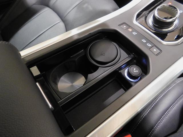 シャッターを開けると、小物入れ、ドリンクホルダー×2、シガーライターとアッシュトレイが内蔵されています。