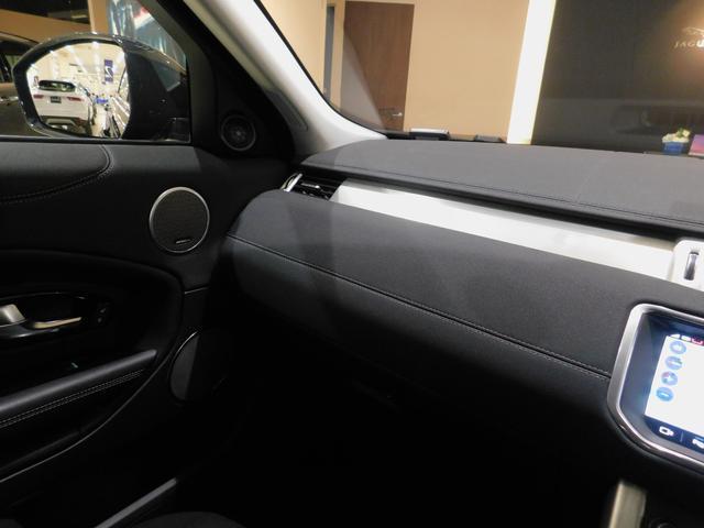 シンプルな造形のインテリア。ダッシュボードが斜めに傾斜して低く抑えられているので、助手席に座っても圧迫感は感じません。