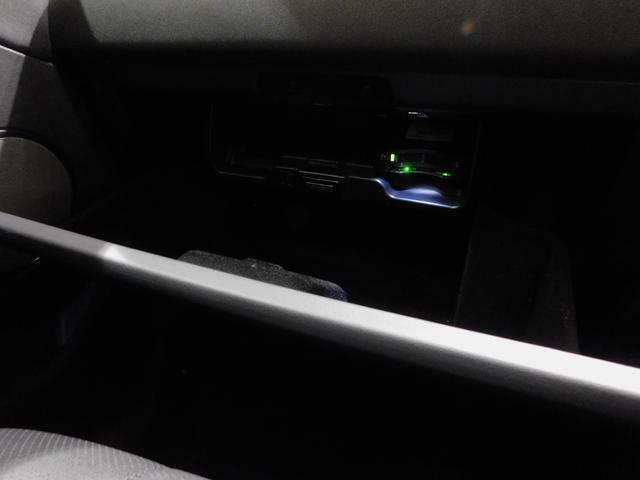 充分な容量のグローブボックス。内部の隠しポケットの内部にETC車載器が格納されています。