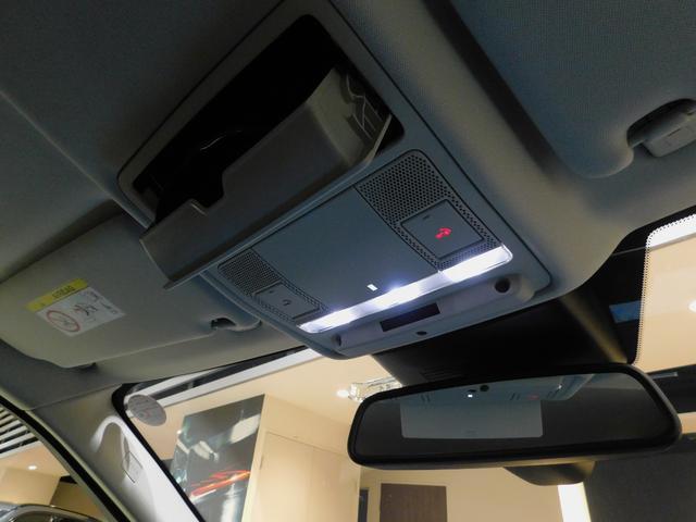 LEDのルームランプ、自動防眩ルームミラーを装備。 あると便利なサングラスホルダー。
