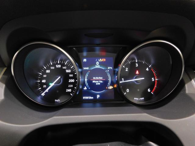 オーソドックスなアナログメーター。それぞれのメーターに円筒形のフードがかぶっているところがクラシカル・スポーツカーのようなデザインです。