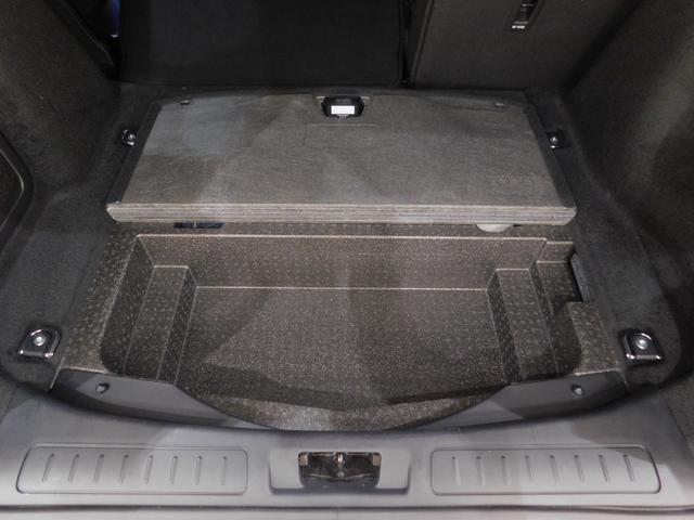 トランクの床下。スペアタイヤは省略され、床下収納スペースが確保されています。