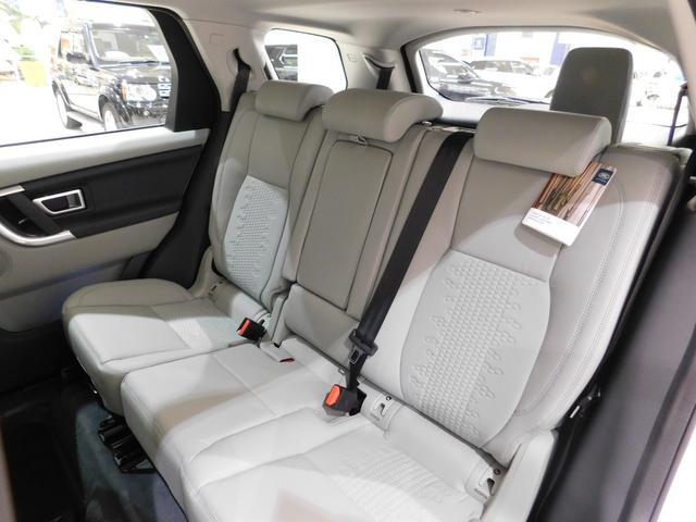 後席は前席よりも着座位置が高い【スタジアムシート】です。 高い車高により頭上空間に余裕があり、前方の視界も良く、さらに前後に160mmスライド+リクライニングする、快適空間です。