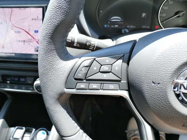 走行中でもハンドルから手を離すことなくオーディオの操作ができるステアリングスイッチ付き。