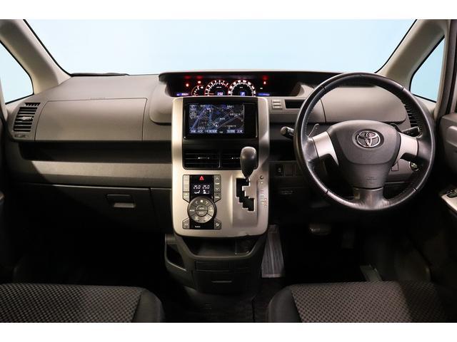 運転席と助手席の空間使いをご覧ください。
