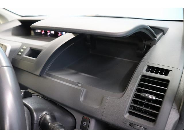 運転席側収納スペースでございます。