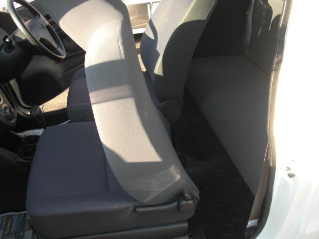 4ナンバーの特性上、後ろの座席は狭いので、基本お二人までのご利用の方に適しています。その分自動車税もエコです☆