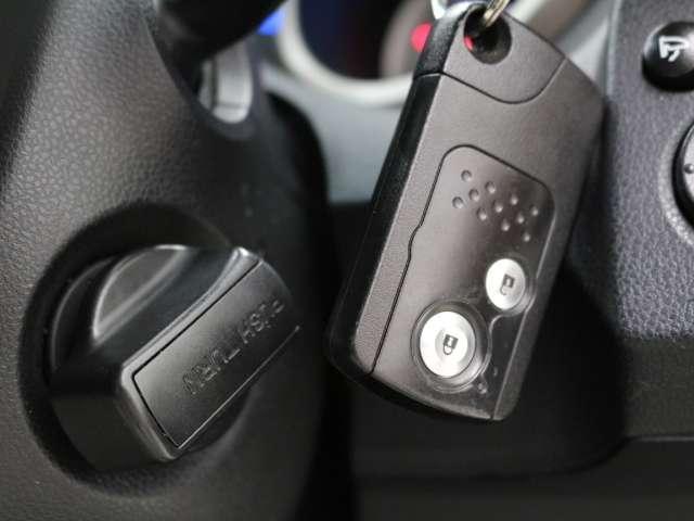 『スマートキー』を装備しております。 鍵をカバンやポケットに入れたままでもエンジンスタートやドアロックできる人気の快適装備です