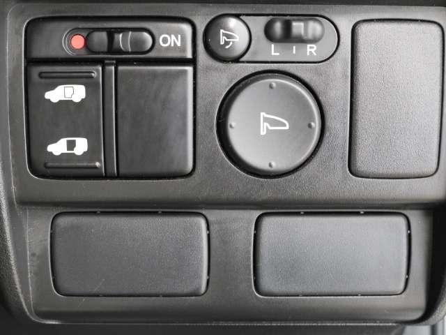 スライドドアは片側電動スライドドアになっております。運転席からの開閉も出来、リモコンキーでも離れたところから開閉出来ますので大変便利な装備です。