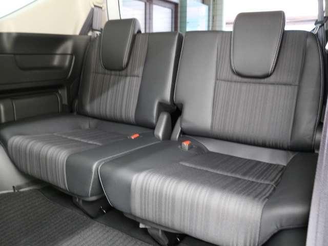 3列目シートも足元ゆったり、しっかりと座れるスペースが確保されています。多人数での移動が可能ですので、お盆やお正月などご家族が集まる際も、わざわざ何台も車を出す必要がなく便利にご利用いただけます。