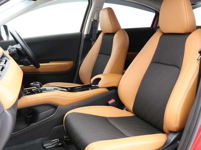 大きな座面と包み込むような背もたれが、ドライバーの身体をしっかり支えます。さらに、上質なシート素材と座り心地のよいクッション。長時間の運転やコーナーの多い道も快適です
