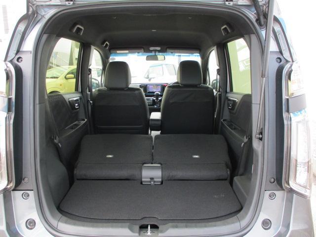 後席を倒せば荷室も広がり、荷物もしっかりと積載可能です。