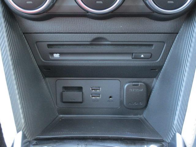 CD/DVD再生プレーヤーとフルセグTVチューナーを装備しています。また、USB端子も備えています。