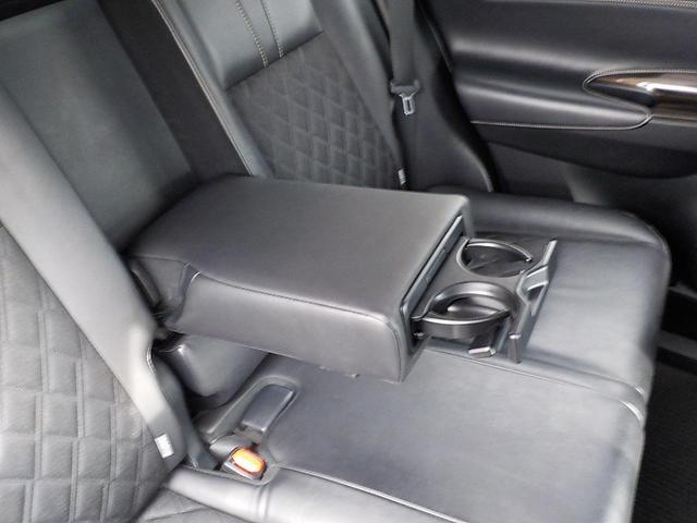 ☆2ndシートも収納式アームレストを装備しております!ドリンクホルダー付^^