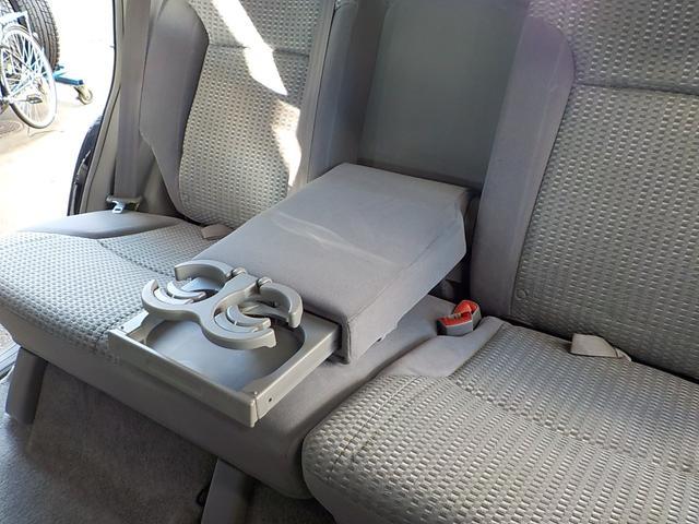 ☆2ndシートの背もたれには収納可能なアームレストが付いております!ドリンクホルダー付です!
