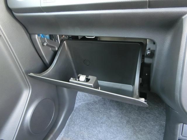 車検証などを入れられるグローブバックスが装備されています。