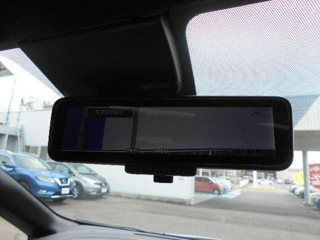インテリジェントルームミラーは、車両後方のカメラ映像をミラー面に映し出すので、同乗者や積み荷などの車内状況や、天候などに影響されずいつでもクリアな後方視界が得られます。