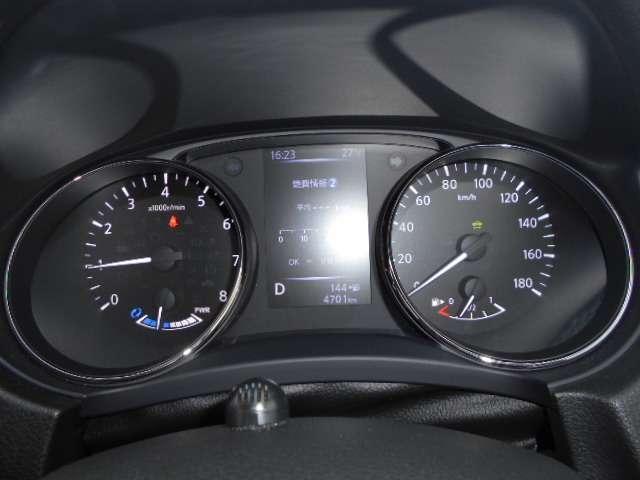 昼夜を問わず視認性に優れたファインビジョンメーター採用、各種の車両情報や航続可能距離・瞬間燃費・平均燃費なども表示する5インチ液晶カラーディスプレイ搭載です。