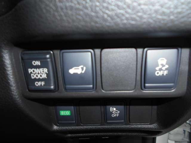 インテリジェントキーを携帯していれば、両手が荷物でふさがっていてもバックドアが開くハンズフリー機能を搭載したオートバックドア装備。