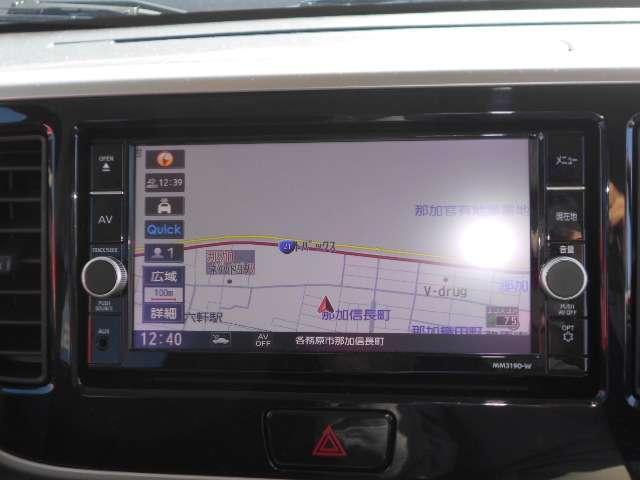 通信ユニット内蔵の日産純正メモリーナビ(MM319D-W)装備、音声対話検索やスマホアプリと連動などに対応した高機能ナビ。高精細液晶による高画質、多彩なメディア再生に加え、初回車検まで3回地図更新が無