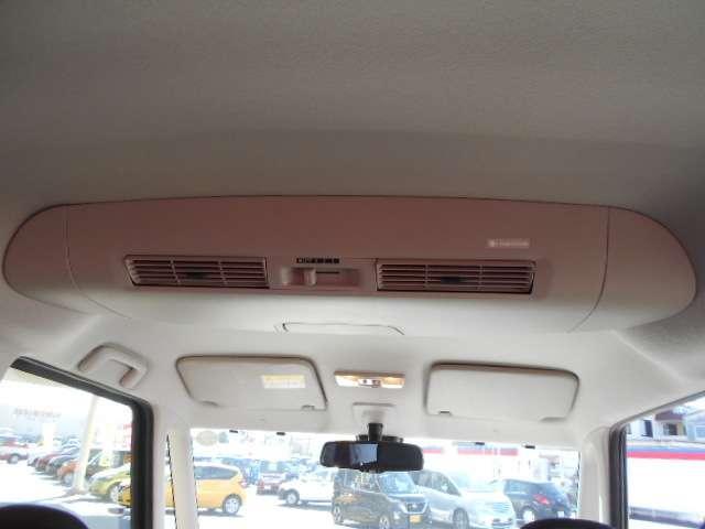 リヤシーリングファンに「ナノイー」発生機能を新装備。「ナノイー」を運転席側吹き出し口からの風に乗せて、きれいな空気を車内全体に届けます。