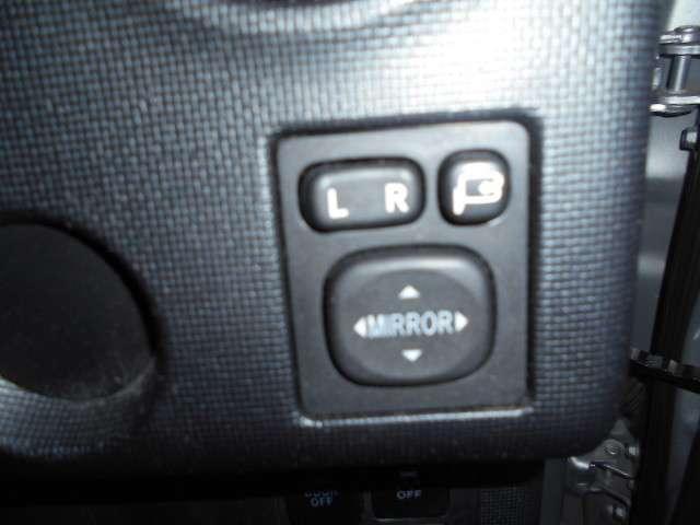 電動格納式ドアミラーです。ボタン操作でミラーの開閉が出来ます。すれ違いの時やパーキング時にこすりにくくなります!
