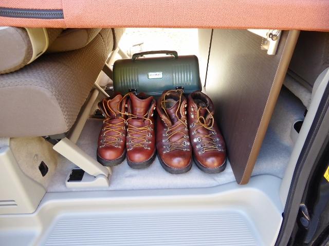 スライドドア下収納スペース*靴とBOXはイメージです。