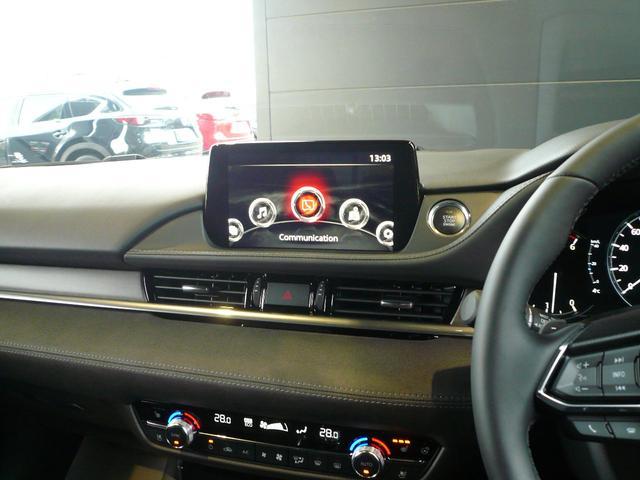 8インチディスプレイのマツダコネクトは、オーディオとしてだけでなく、安全装備など車両に関する設定が可能です。別途ナビゲーション用のSDカードをご購入いただければ、ナビゲーションとして利用可能です。