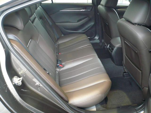 リアシートはフロントシートと同じ形状で座面の形状を工夫し、足を引くこともできる作りになっており、座り心地と快適性を確保しています。