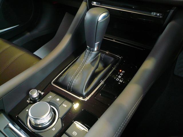 シフトはブーツを被ったストレートタイプで、MTモード付きです!シャッター式のドリンクホルダーや革張りのアームレストで上質な空間を作っています。
