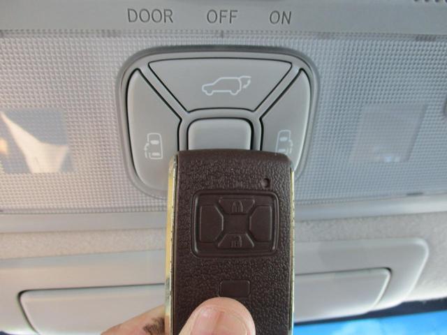 室内にもパワーバックドアのボタンがありますよ♪