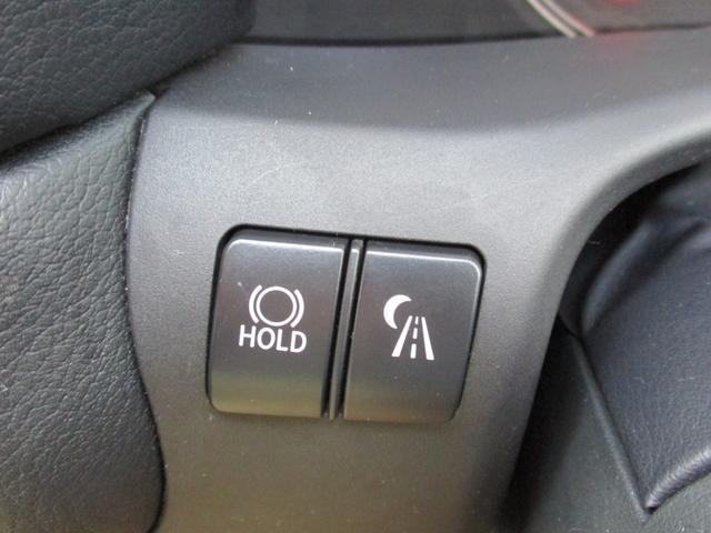 渋滞や信号待ちなどでブレーキを踏んで停車した時にブレーキを保持し、アクセルを踏むと解除されるブレーキホールド機能がございます!!