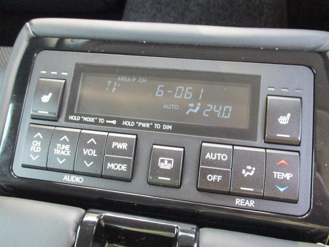 後部座席にお乗りの方もリヤセンターアームレストにあるスイッチを使い快適にご乗車頂けますよ♪