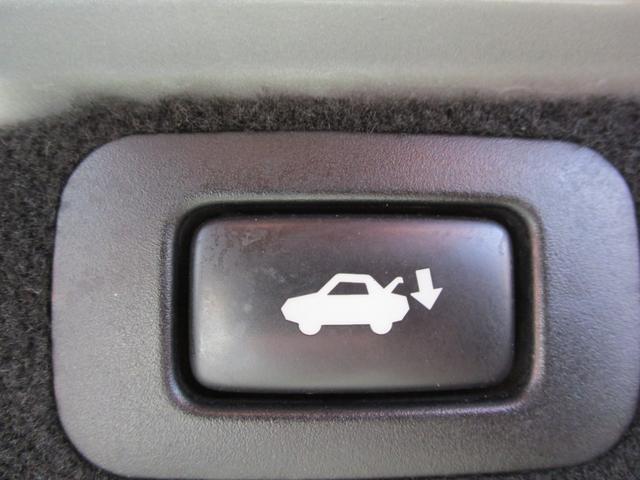 スイッチ操作で開閉できるパワートランクリッド付きのお車ですよ♪