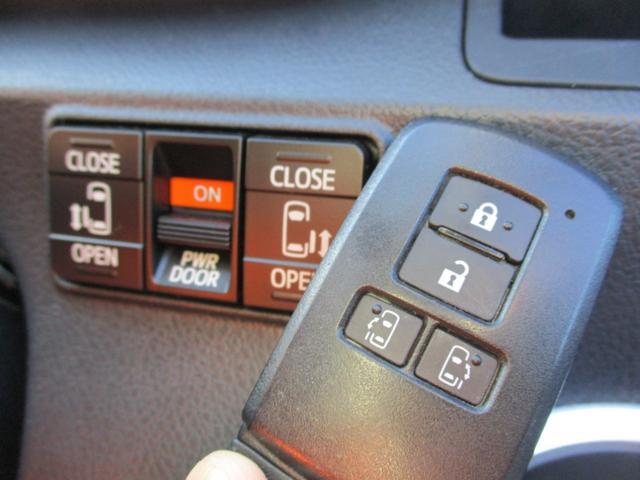 両側のスライドドアが電動開閉するので狭い駐車スペースなどでの乗り降りの際に便利です♪ 操作はワイヤレスリモコン/室内スイッチのどちらからも可能です!