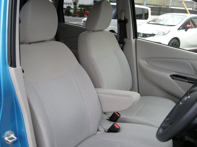 運転席は人気のベンチシートで広々ゆったり!