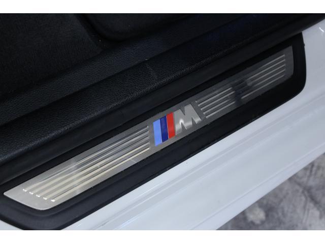 ドアシルプレートです。Mスポーツならではのカラーがスポーティなデザインです。目立つ傷はなく、綺麗な状態です。