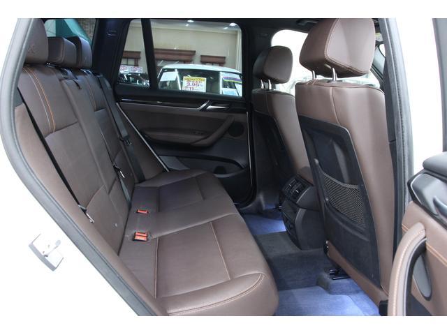 後部座席です。3人乗車可能です。ヘッドレストは頑丈な造りで安定感があります。足元、天井には余裕があり狭さを感じることはありません。