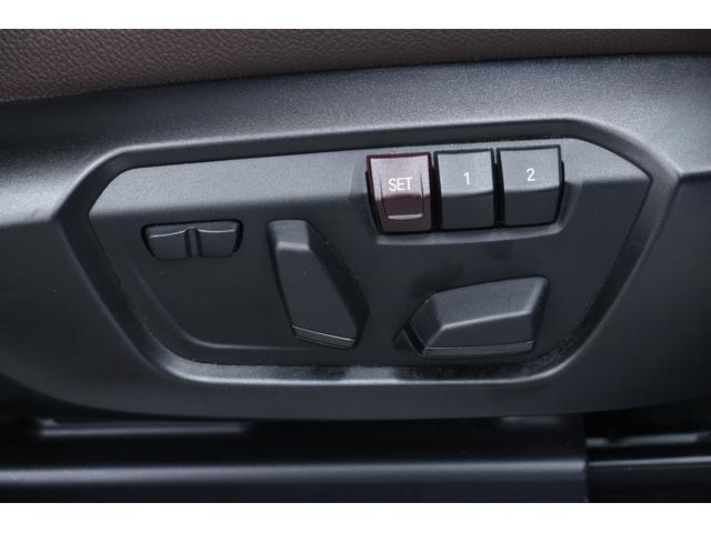 パワーシートが装備されています。シートの背もたれ、高さなどの調節が電動です。番号のボタンにはシート位置を記憶させることができます。