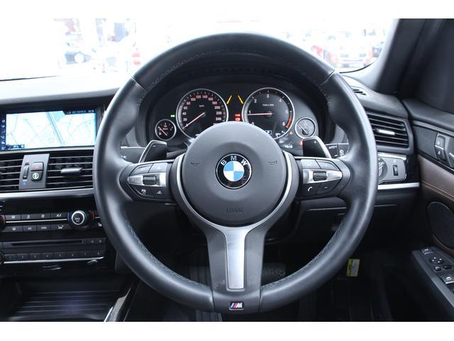 マルチファンクションレザーステアリングです。車内機能の操作ボタンが装備されています。運転中の操作が可能です。質感、形状ともにスポーティな印象です☆