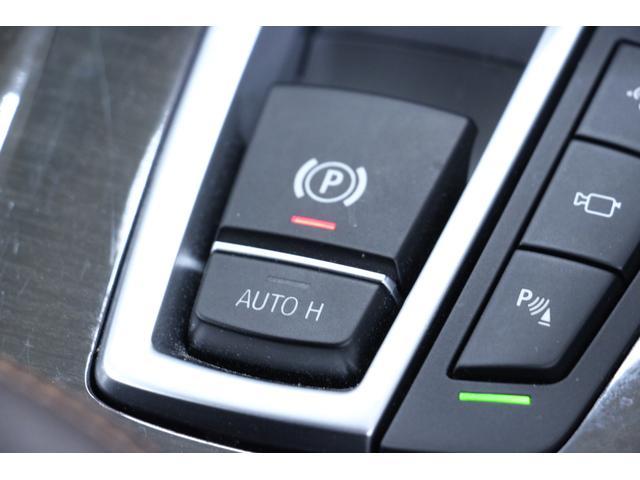 サイドブレーキは人差し指で操作が可能なコンパクトなサイズ感です。AUTOHは、ブレーキを踏み込んだ状態をキープします。運転手の疲労を軽減します。