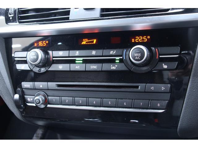 デュアルオートエアコンが装備されています。運転席と助手席に分かれての温度調節が可能です。設定温度までの調節が自動です。