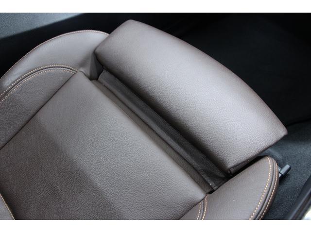 フットレストが装備されています。フットレスト下に装備されているレバーで、調節が可能です。足元の披露を軽減します。運転席、助手席に装備されています。