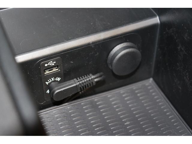 USB、AUX対応です。携帯電話の充電ができます。ひじ置き内部に装備されています。ホコリがかぶることもありません♪